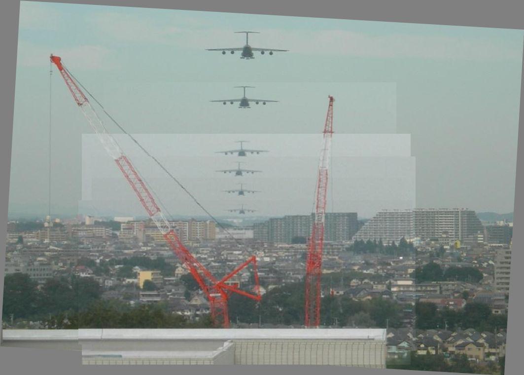 グリーンヴィレッジ宇津木台上空を通過して横田基地に向かうギャラクシー(合成)