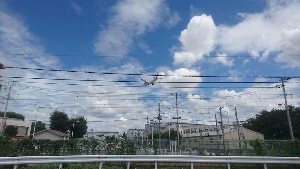 拝島第二小学校方面上空を横田基地に向かって下降するチャーター便